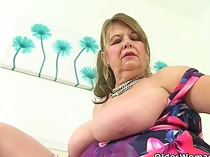 English gilf Elle fingers her old cunny